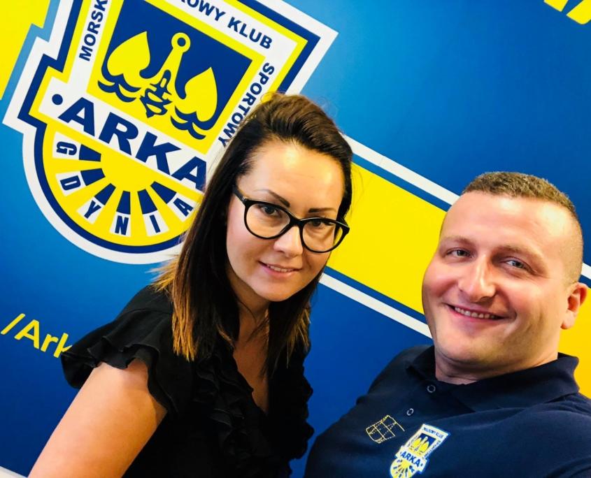 Michał Herok i Teresa Herok po podpisaniu umowy z Arką Gdynia SSA